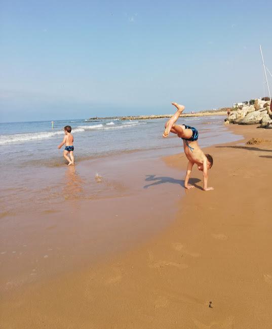 bambino che gioca in spiaggia a Donnalucata