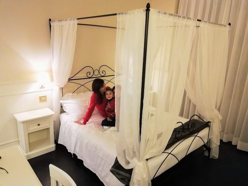 mamma e bambino in un camera di hotel a ragusa ibla