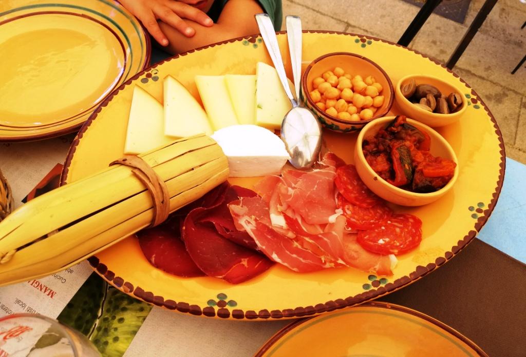 piatto di pasta a forma di Sicilia