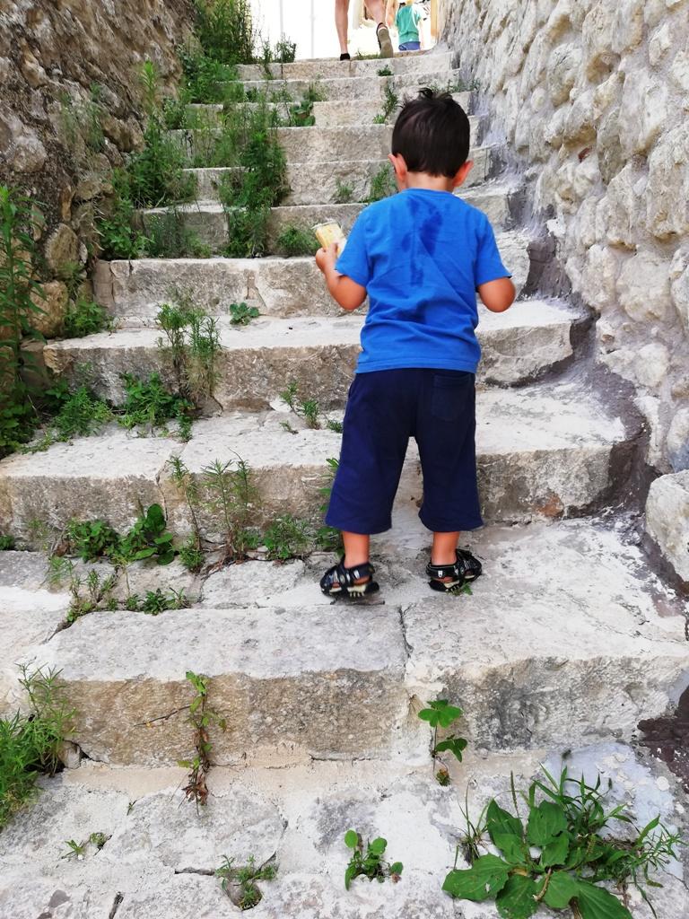 bambino che sale le scale a Ragusa Ibla