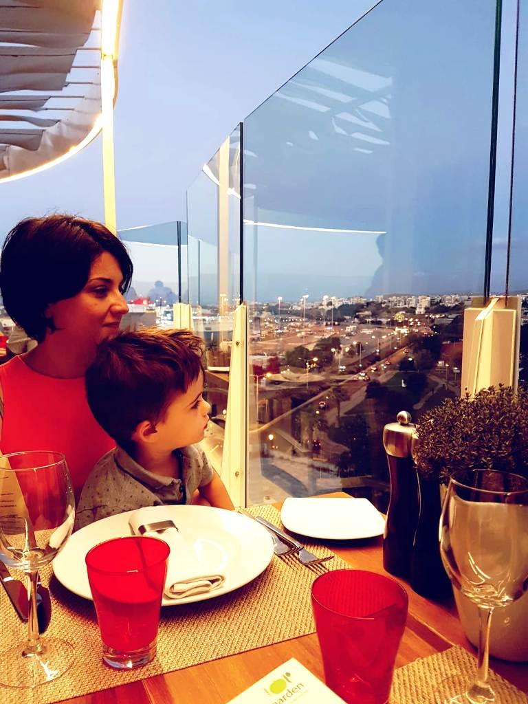 mamma e bambino a creta in un ristorante