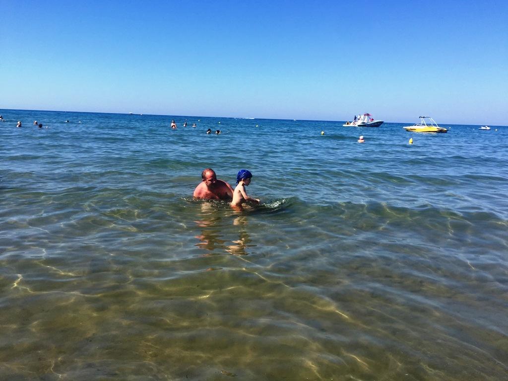 papà e bambino al mare a Creta