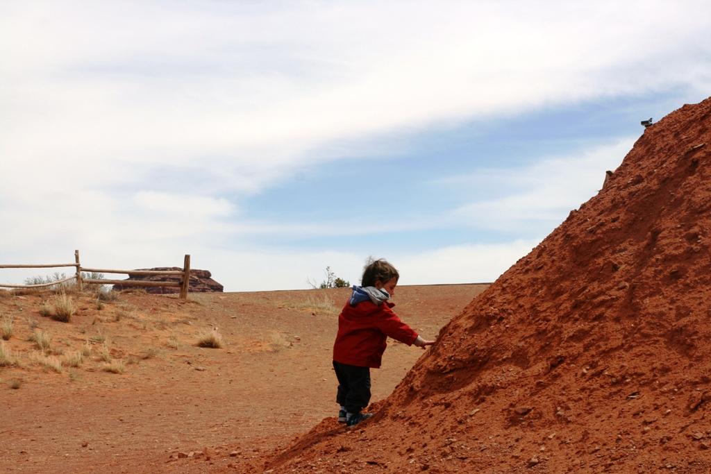 bambino che gioca in una capanna navajo nella monument valley
