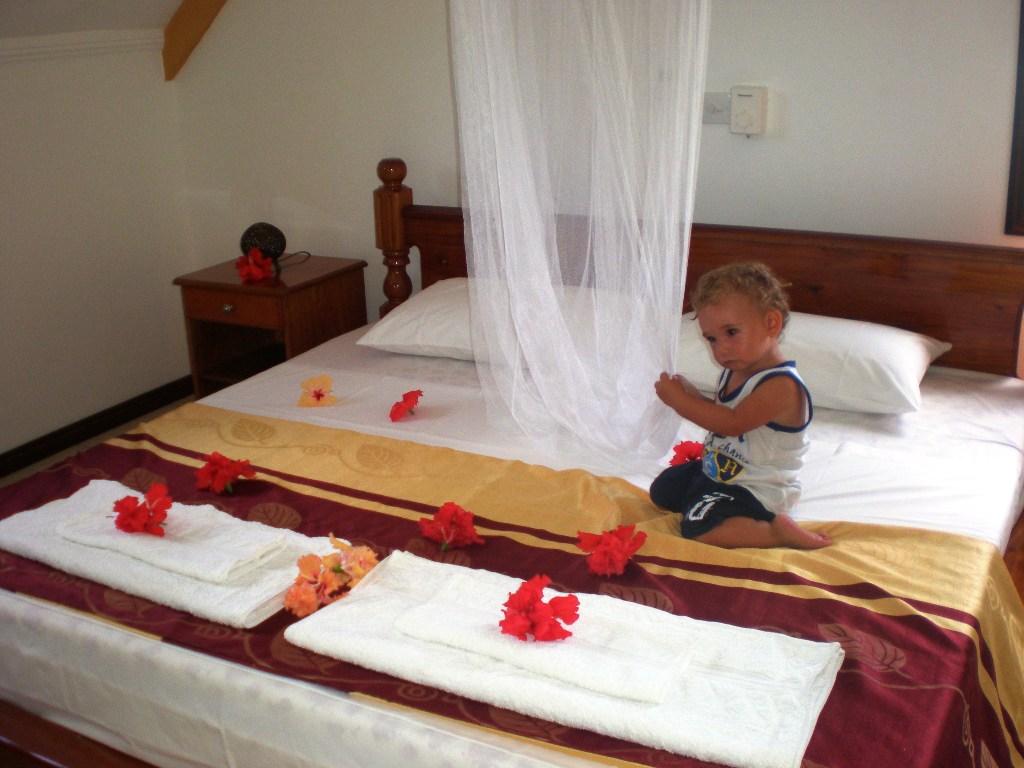 un bambino che gioca su un letto alle Seychelles