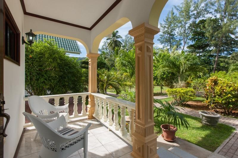 vista dal portico di una casa alla Digue alle Seychelles