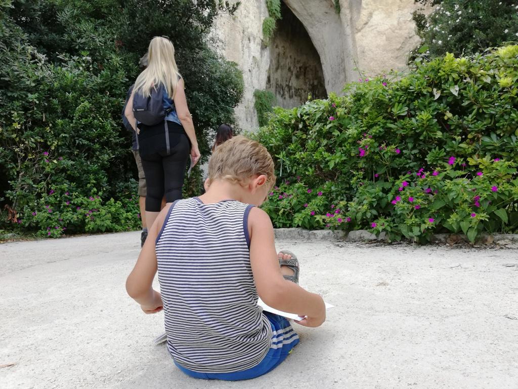 un bambino al Parco Archeoloico della Neapolisdi Siracusa