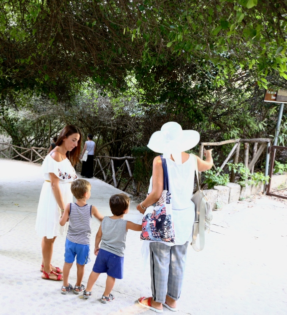 una famiglia in visita al Parco archeoligico della Neapolis di Siracusa
