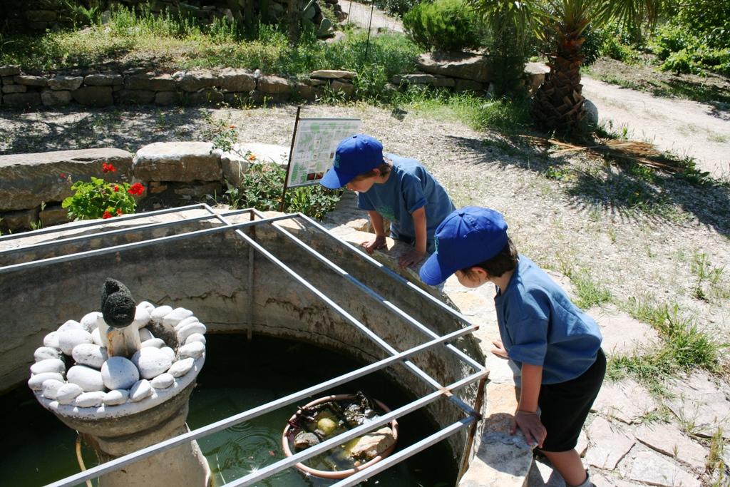 bambini che giocano in una fattoria didattica a Trapani