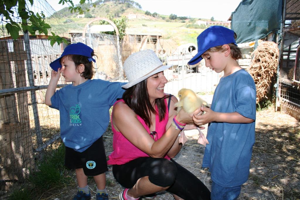 mamma e bambini in una fattoria didattica a Trapani