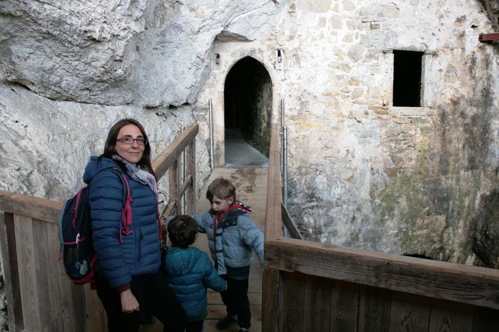 bambini al castello di predjama con i bambini