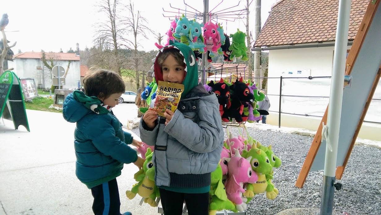 bambini in un negozio di souvenir al castello di Predjama