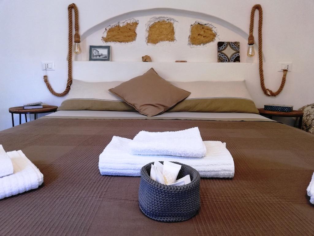 camera da letto in una casa vacanze a agrigento