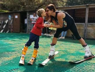 mamma e figlio che prendono lezioni di sci a Catania