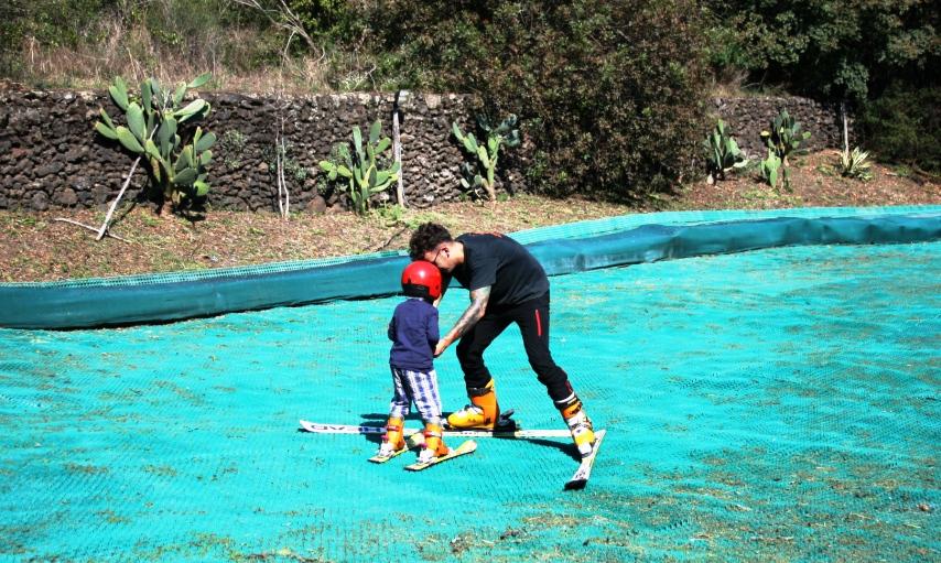 bimbo che prende lezioni di sci a Catania