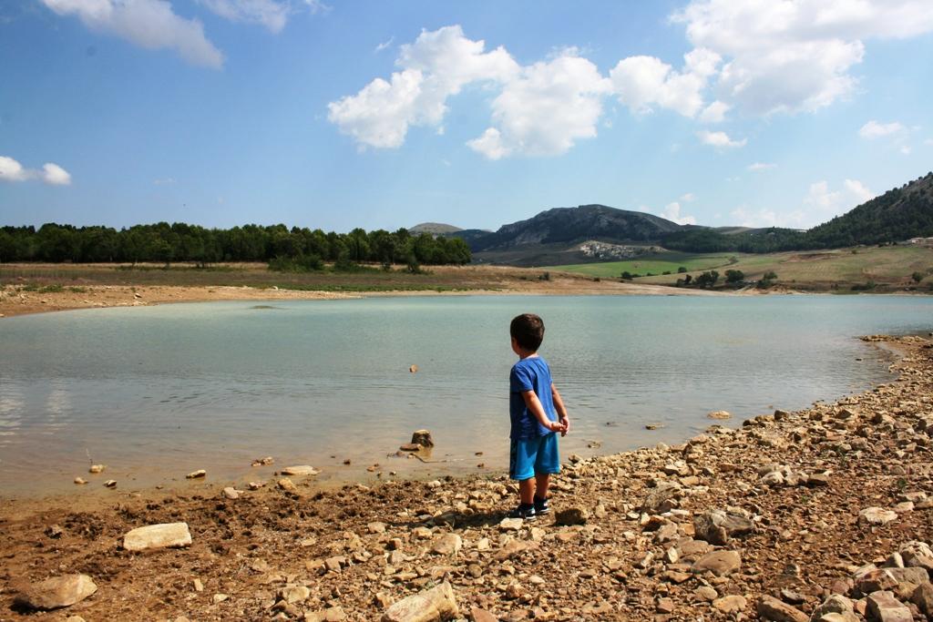 un bimbo che gioca al lago di Piana degli Albanesi