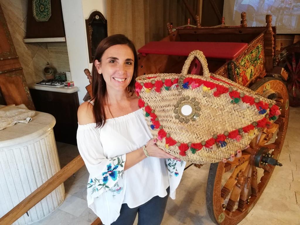donna con una borsa siciliana nella bottega di raffale la scala