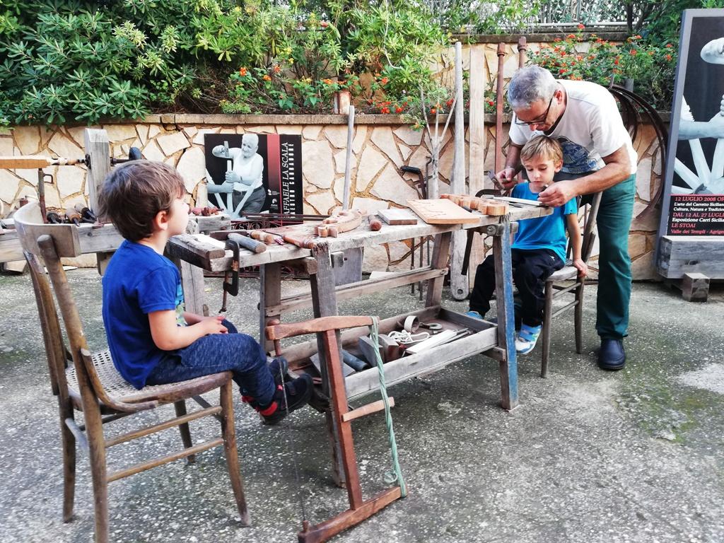 bambini che lavorano un carretto siciliano