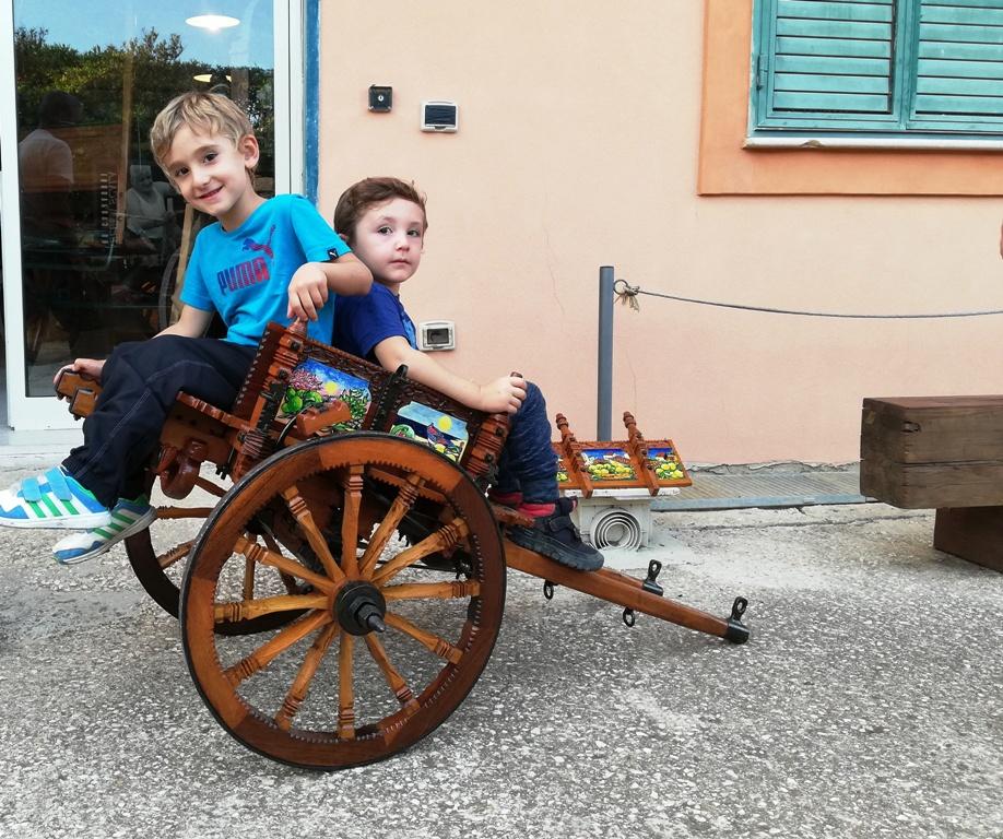 bambini su un carretto siciliano