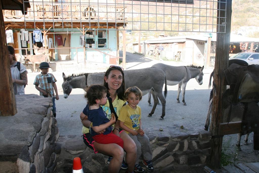 mamma e bambini a Oatman sulla route 66