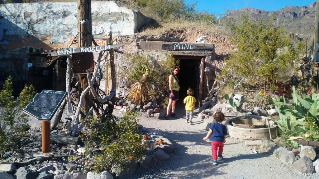 bambini davanti antica miniera a Oatman sulla route 66