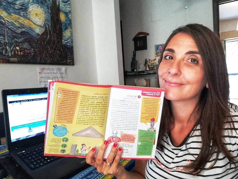 una travel blogger al pc