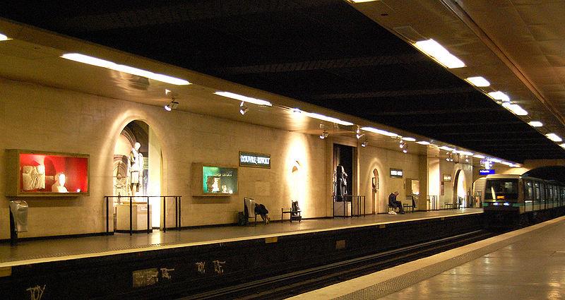 stazione della metropolitana di Parigi louvre rivoli