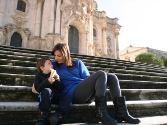 mamma e bambino presso la chiesa di San Giorgio a Modica