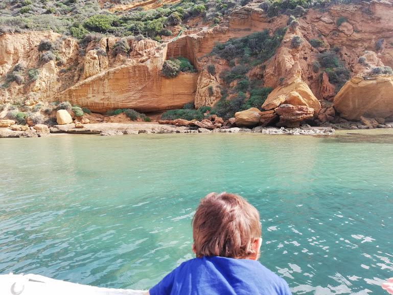 bimbo in barca sull costa di Agrigento