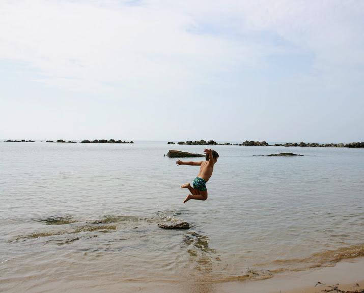 bimbo in spiaggia ad agrigento