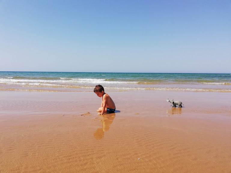 un bambino al mare a Donnalucata in Sicilia Orientale