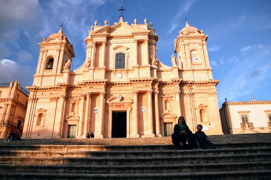 una famiglia davanti la chiesa di Noto in Sicilia