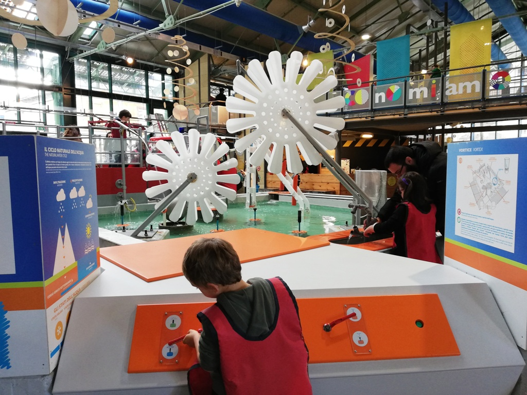 bambini che giocano al museo dei bambini di Roma