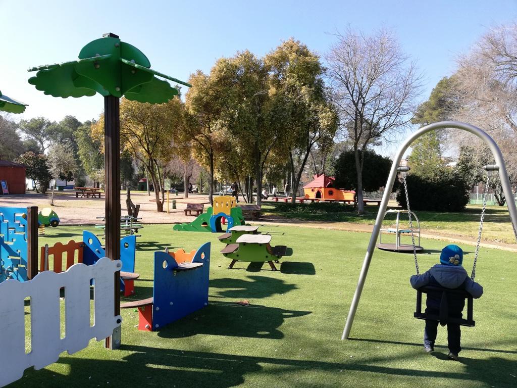 bambino al parco giochi di cordoba