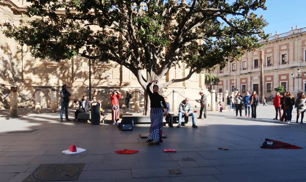 una donna che balla il flamenco a Siviglia