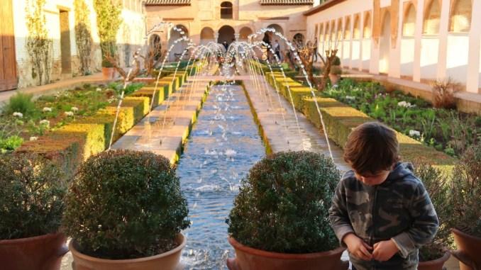 un bambino all'Alhambra di Granada
