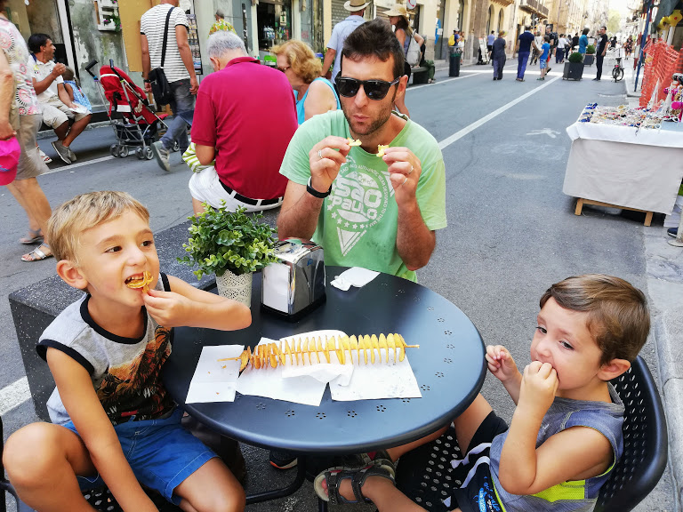 bambini che mangiano street food a Palermo