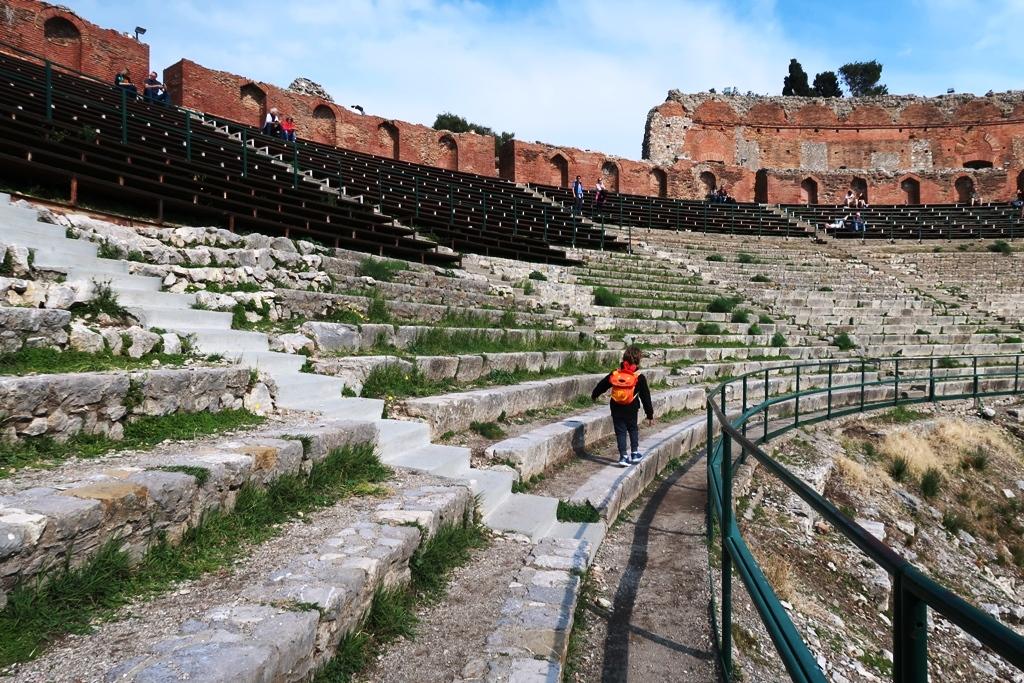 un bambino che corre al teatro antico di Taormina