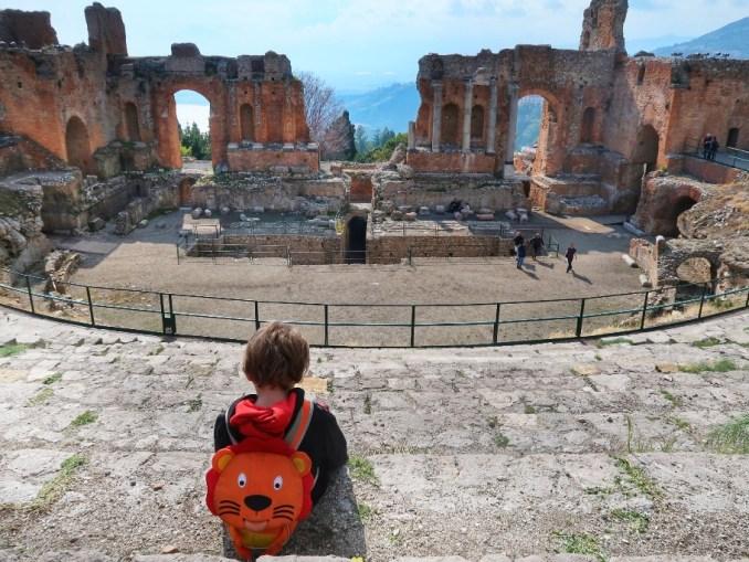 un bambino che osserva il teatro di Taormina