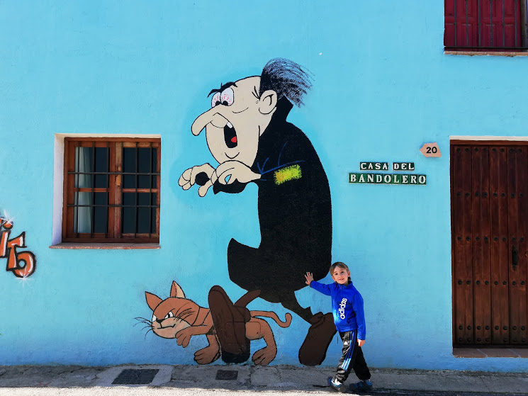 murale di gargamella al villaggio dei puffi a Juzcar