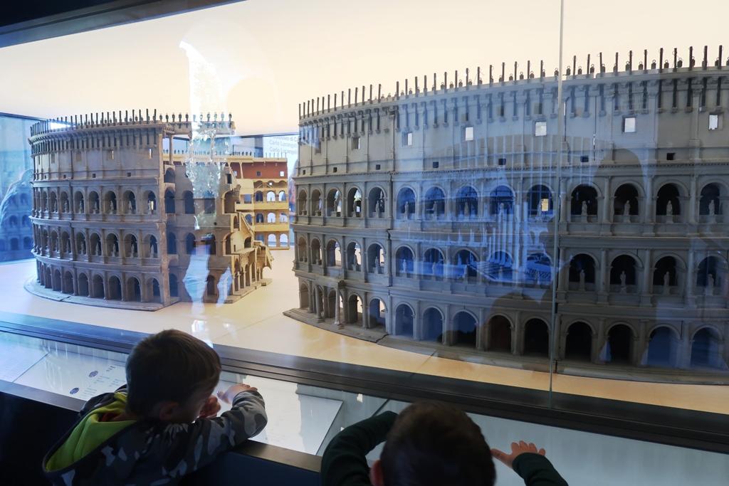 plastici al Colosseo