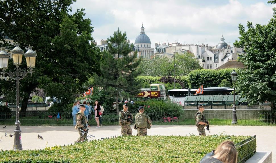 militari a Notre dame de Paris