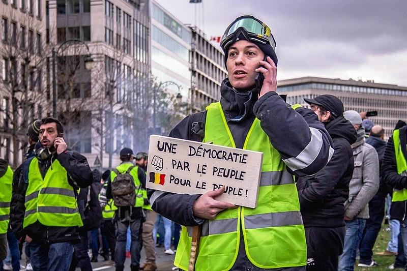 un ragazzo con il gilet giallo a Parigi