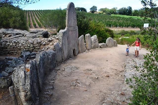 un bambino al sito archeologico di Arzachena