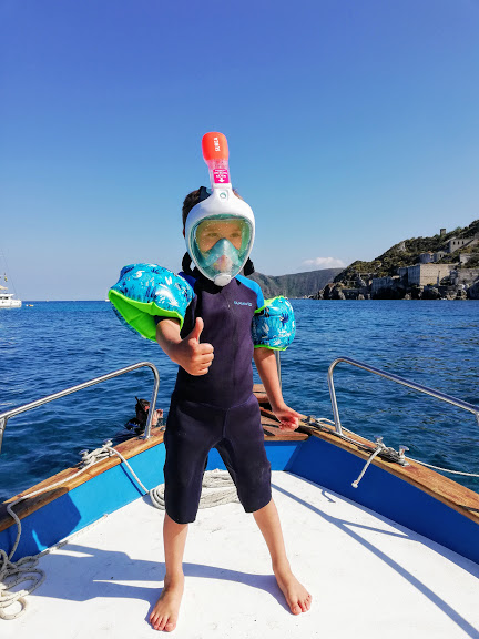 bambino sulla barca con la maschera easybreath junior