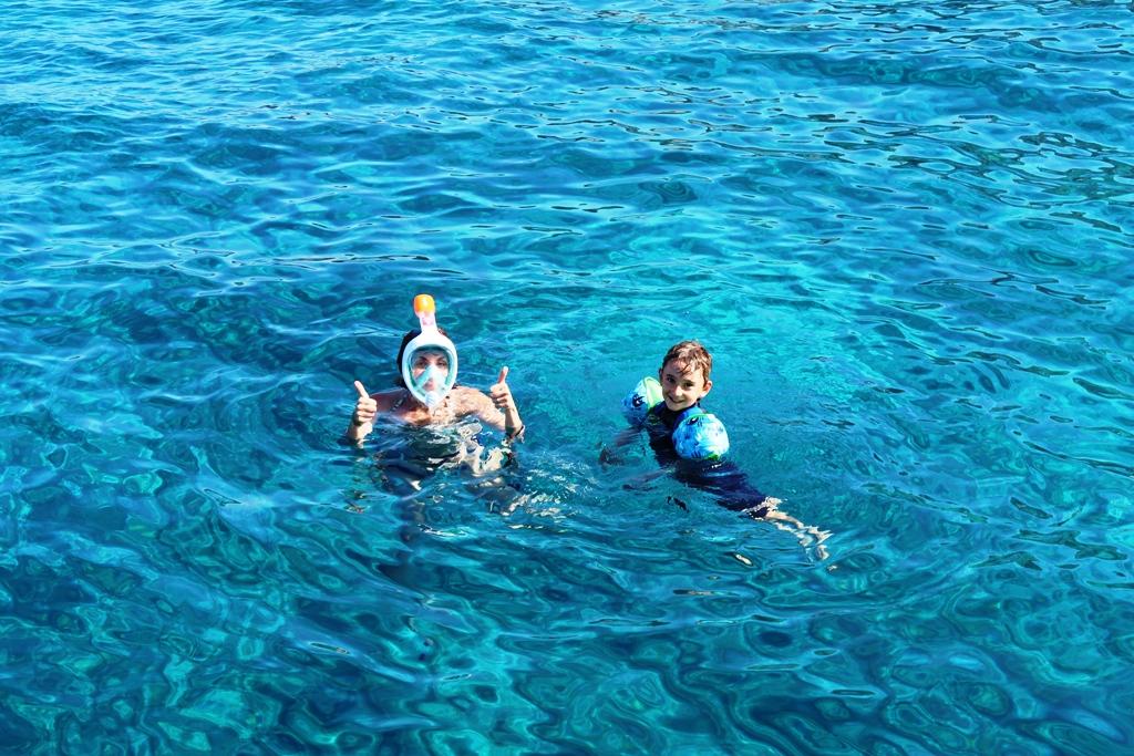 mamma e bambino che fanno snorkeling con la maschera easybreath per bambini