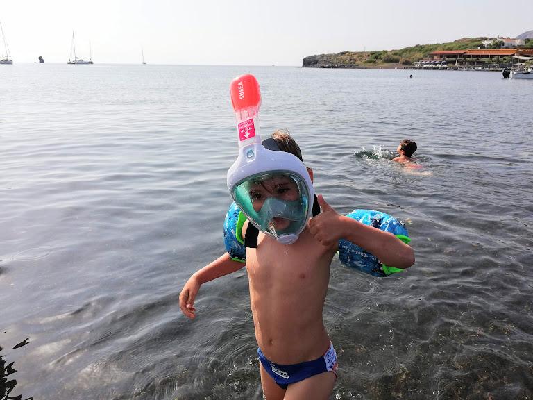 bambino che insdossa la maschera Easybreath di Decatlhon