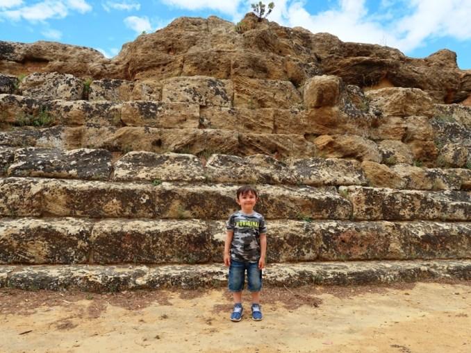 un bambino davanti al Tempio di Giove al sito archeolgico della Valle dei Templi