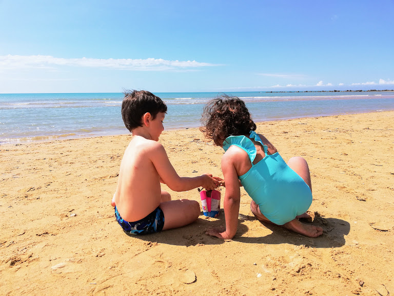 due bimbi che giocano sulla spiaggia di Porto Empedocle vicino Agrigento
