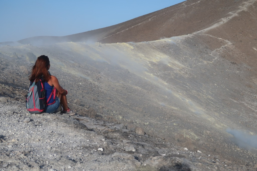 donna che osserva il gran cratere di Vulcano
