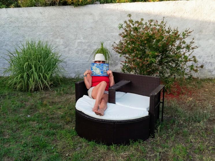 donna che legge in un giardino di un hotel a Vulcano